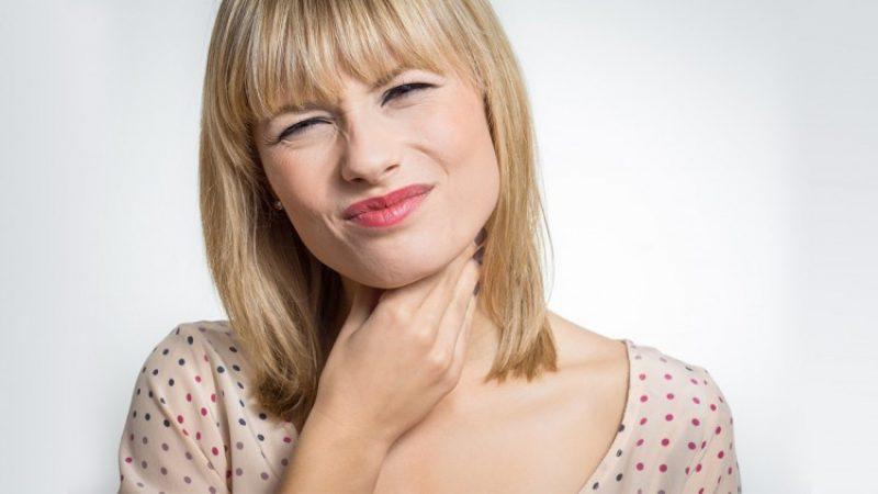 Sensación de tener algo atorado en la garganta